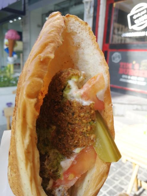 Gotowy falafel w bułce sezamowej