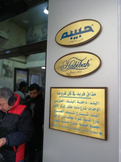 Przed wejściem do Habibah