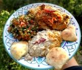 Talerz rozmaitości: maqluba, moutabbal, sałatka i chlebki