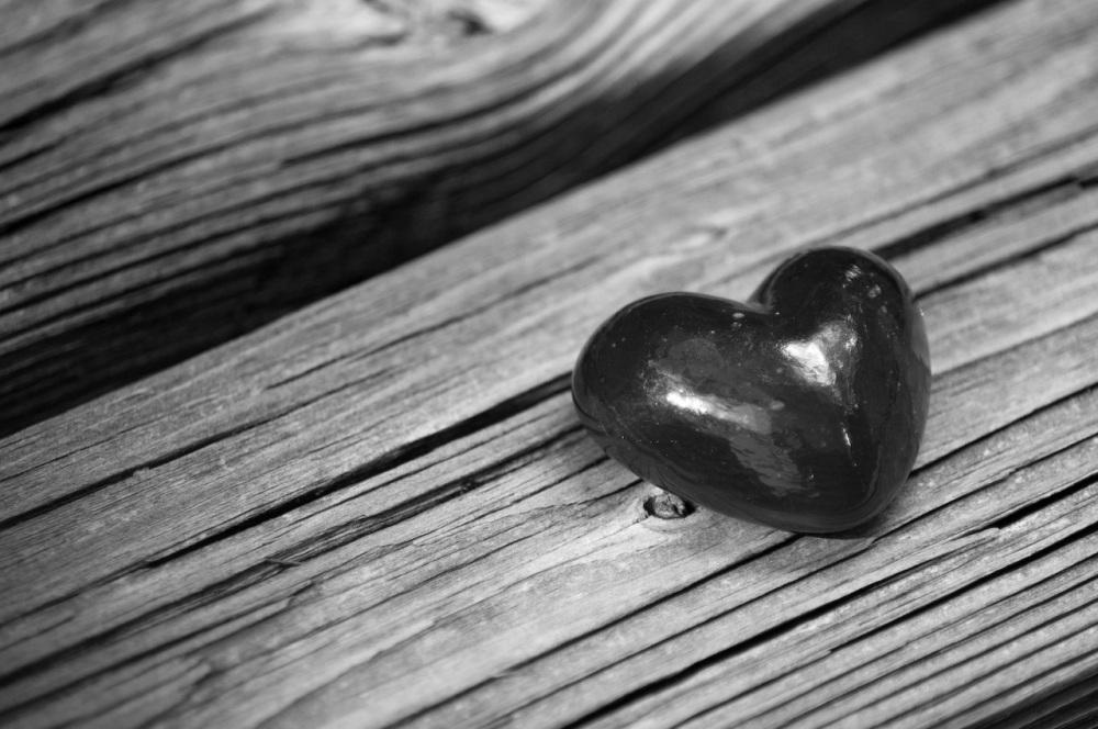 Czarne serce na drewnianej ławce