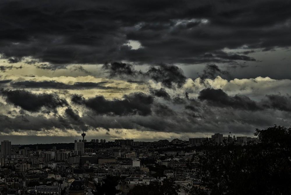 Czarne chmury nad miastem