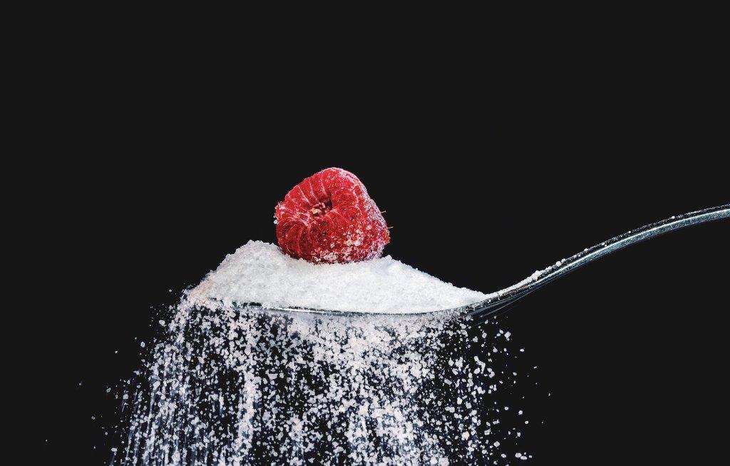Łyżka z cukrem i maliną