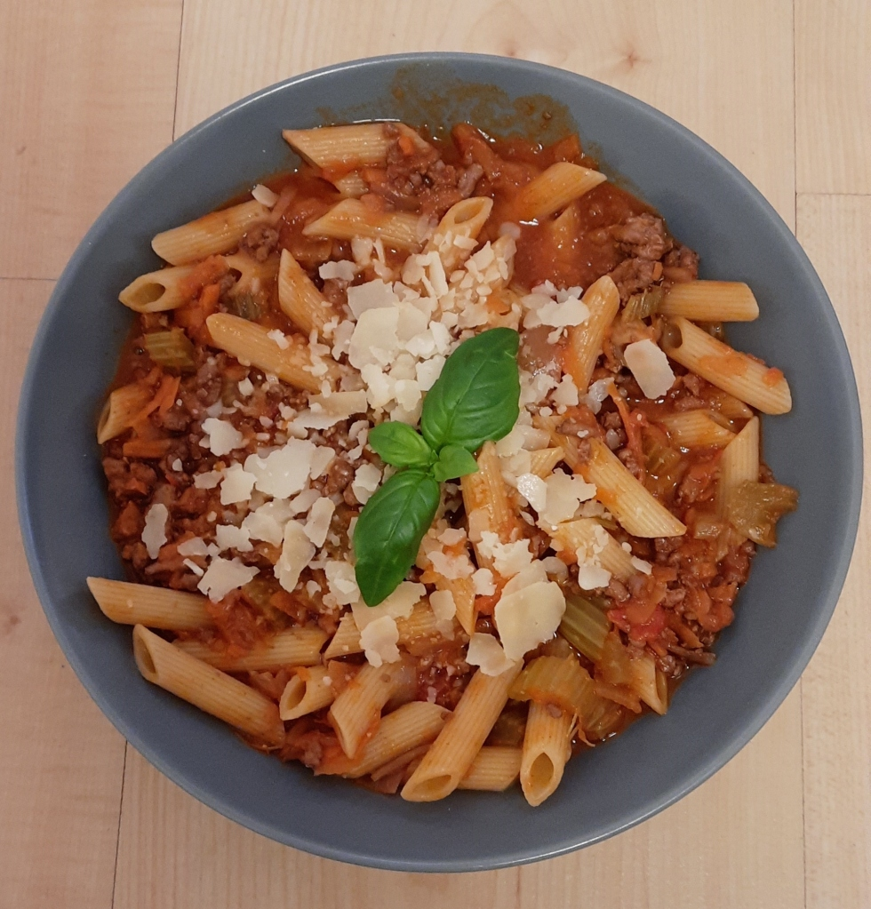 Talerz z makaronem z sosem bolońskim