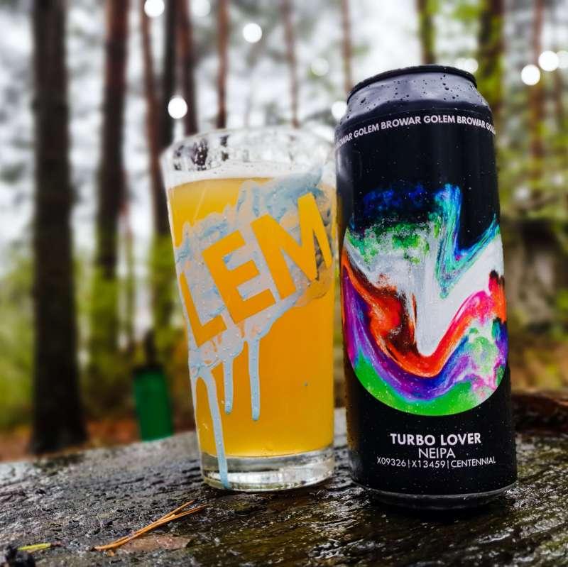 Puszka piwa Turbo Lover, a obok pełne szkło
