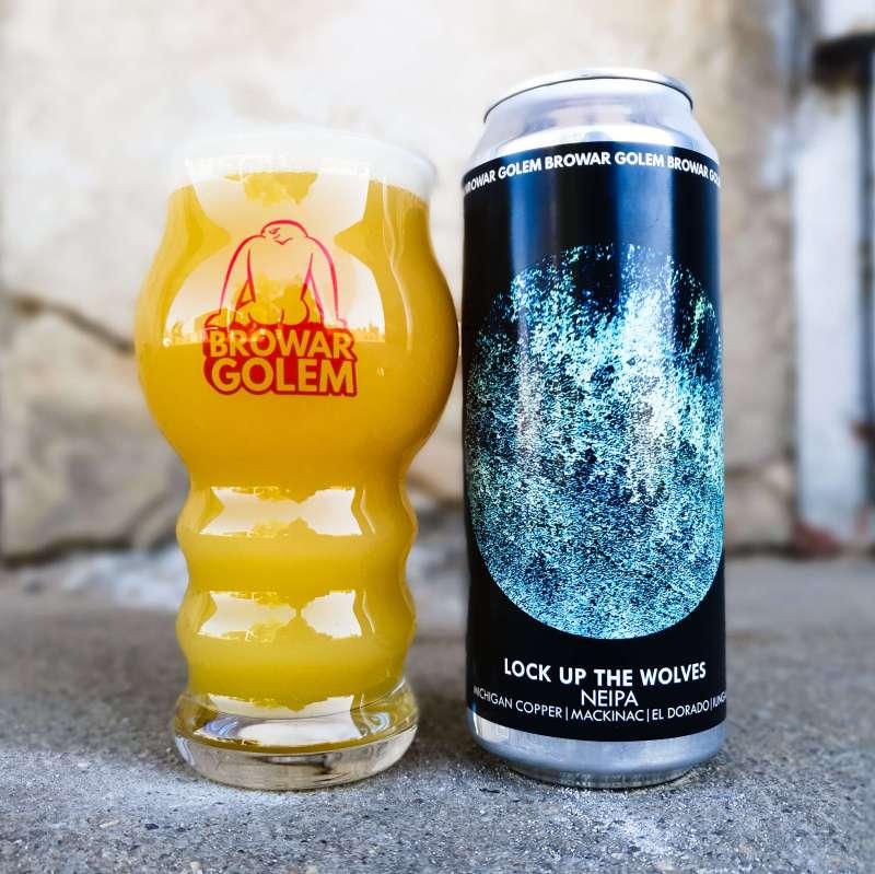 Puszka piwa Lock Up The Wolves i szklanka pełna piwa.