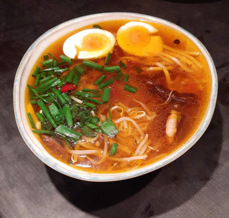 Miska zupy udon z makaronem